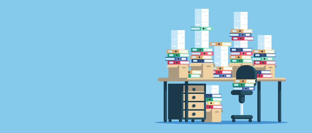 Un dessin d'un bureau avec une chaise et un petit classeur à gauche. Le bureau est couvert de boîtes, des cartables et des piles de papier.